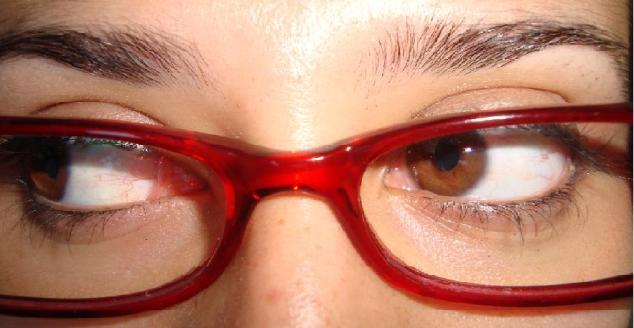 A fase mudou, mas os olhos e os óculos são os mesmos